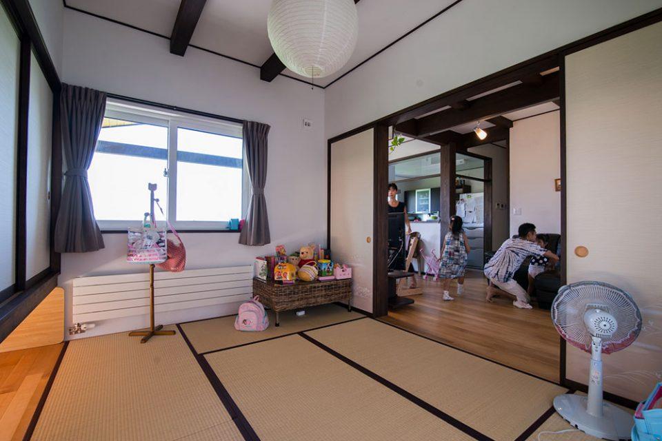 子どもたちのお昼寝スペースと客間を兼ねる三面窓の和室