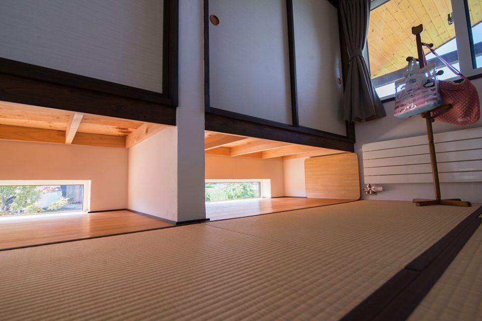 収納したにある窓は強い日差しを防ぎながら採光できる優れもの