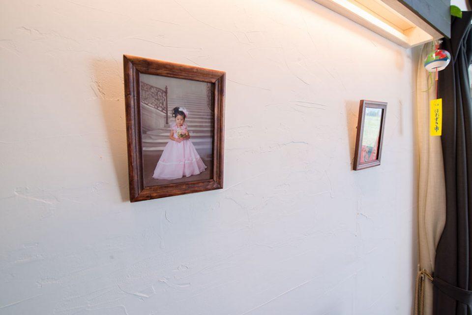 間接照明の下にはお子さんたちの記念写真が