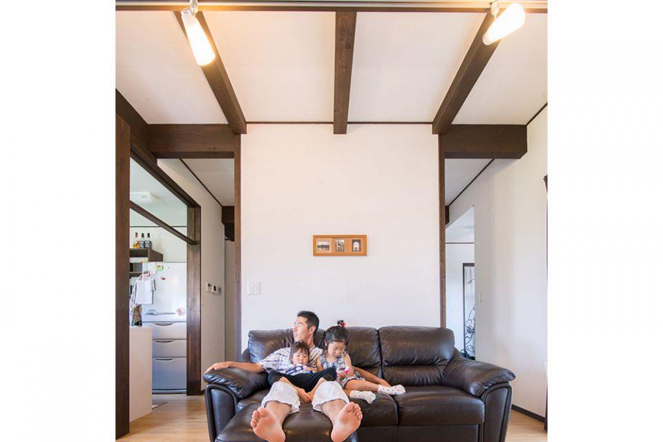 壁、構造材、家具の色調を統一され落ち着いた雰囲気です