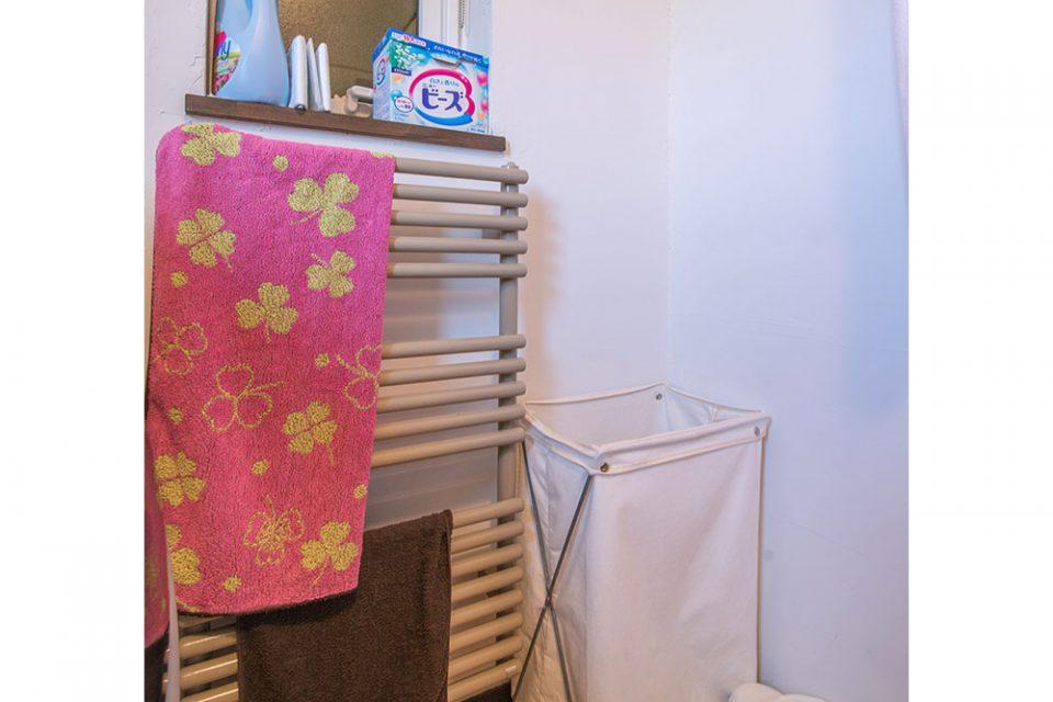 脱衣所脇の物干し型のパネルヒーターはタオルなど乾燥と暖房を兼ねます