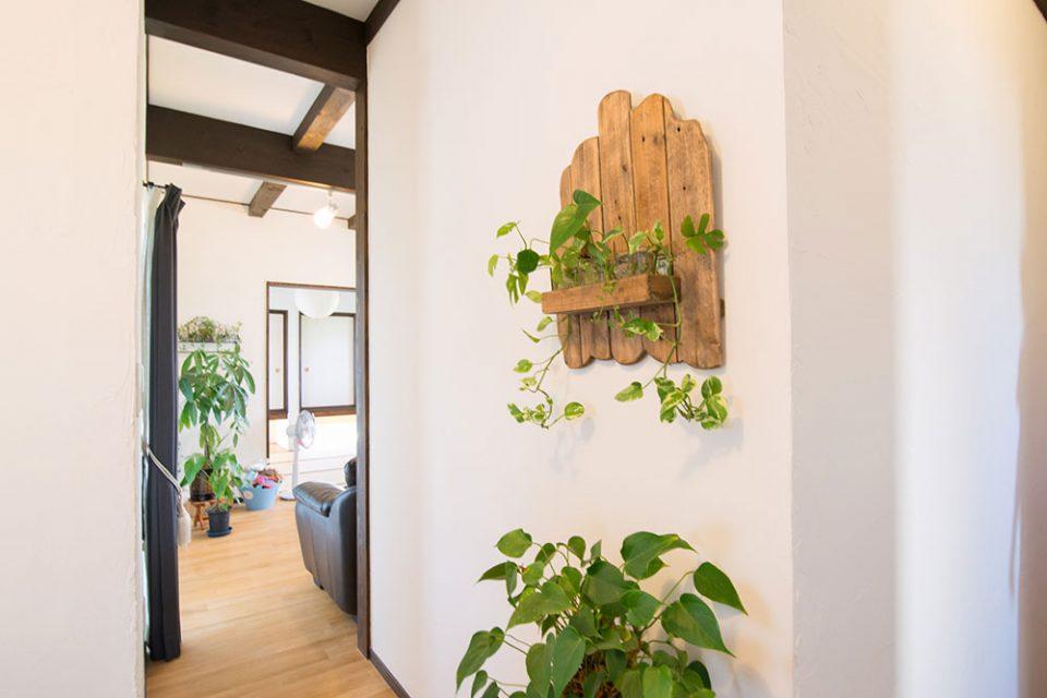 オープンな雰囲気と各所に配置された緑でお洒落なカフェのような雰囲気