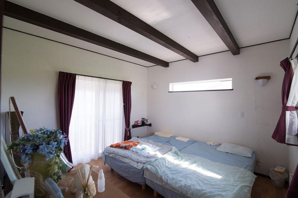 三面の壁に窓がある珍しい作りの寝室