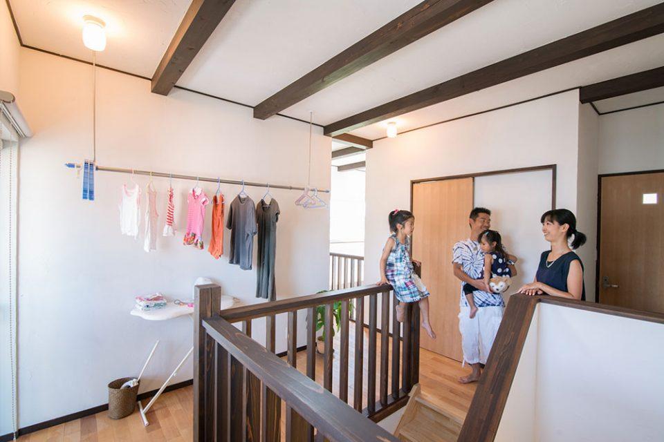 ホールには物干しとアイロン台が設置され洗濯関係の家事が行えます