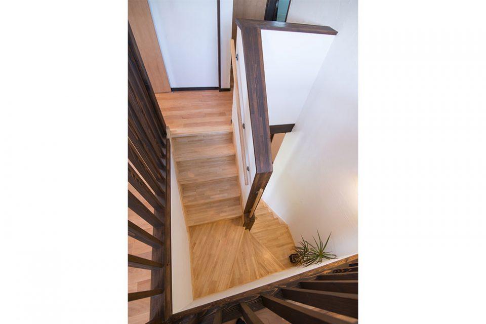 2階ホールから階段を見下ろす