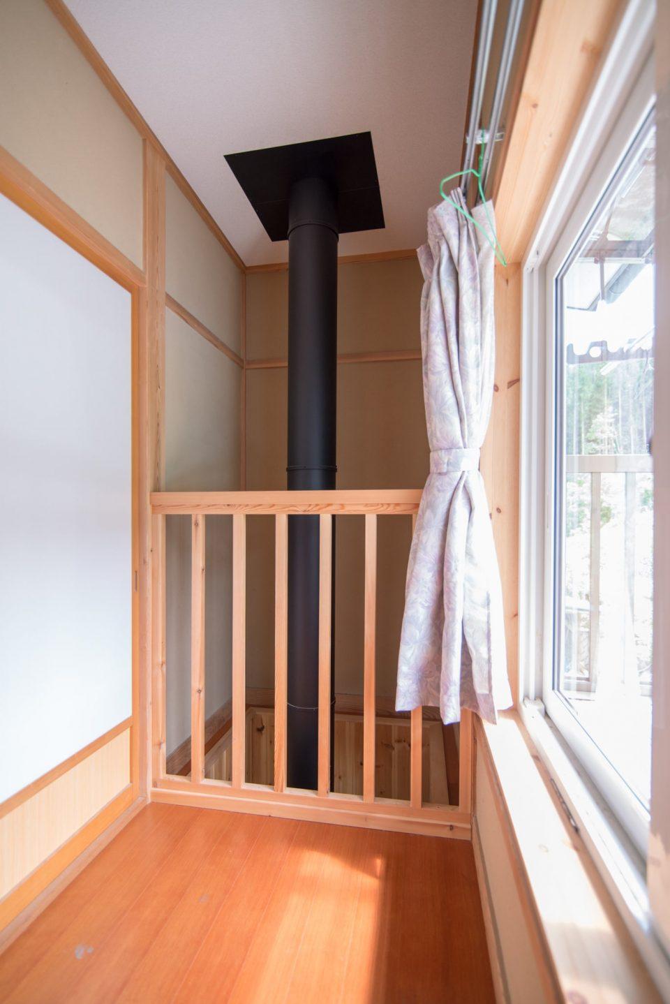 2階廊下の奥に追加した吹き抜けのおかげで冬の2階はとても暖かいそうです
