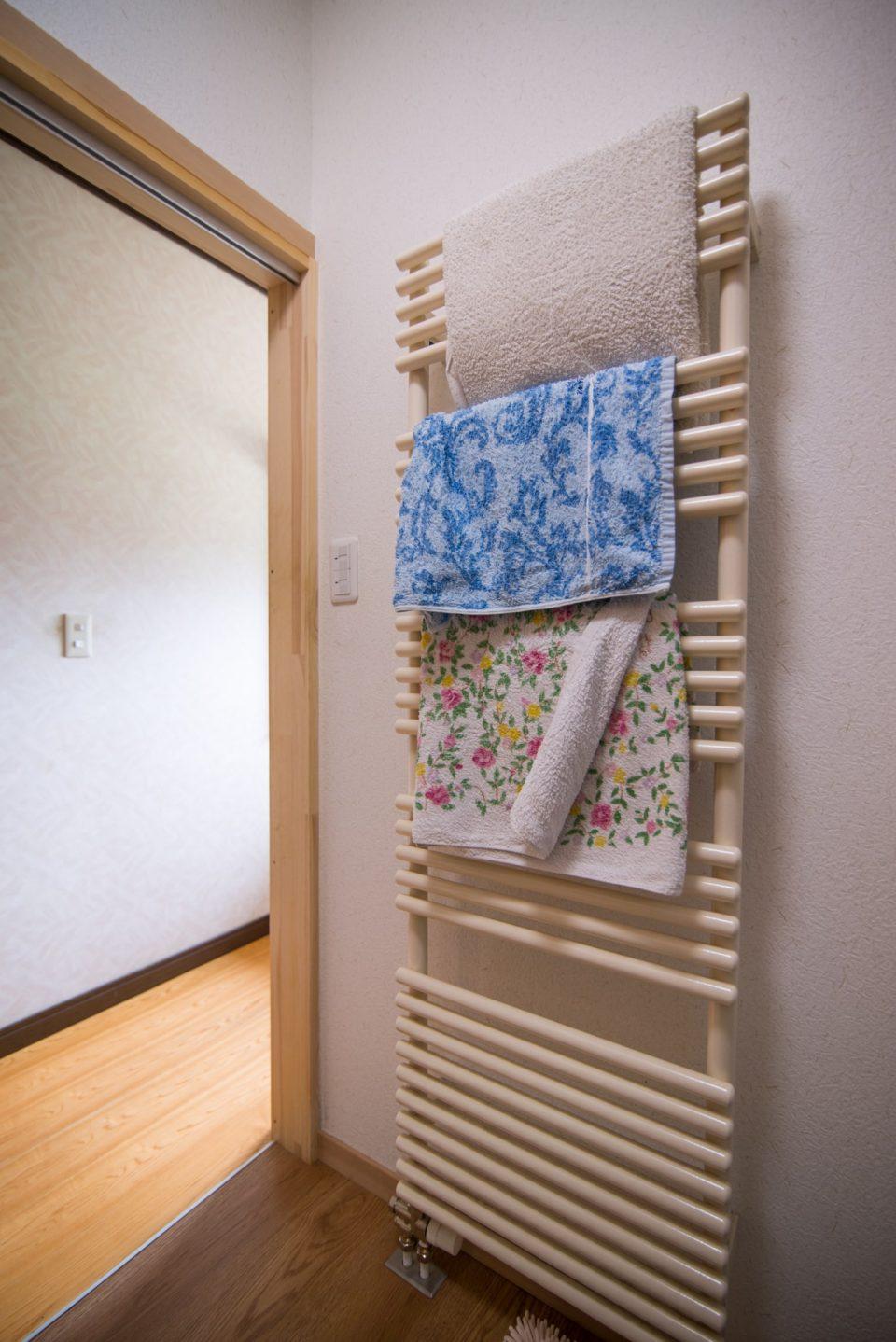 脱衣所にタオルかけ兼用のパネルヒーター