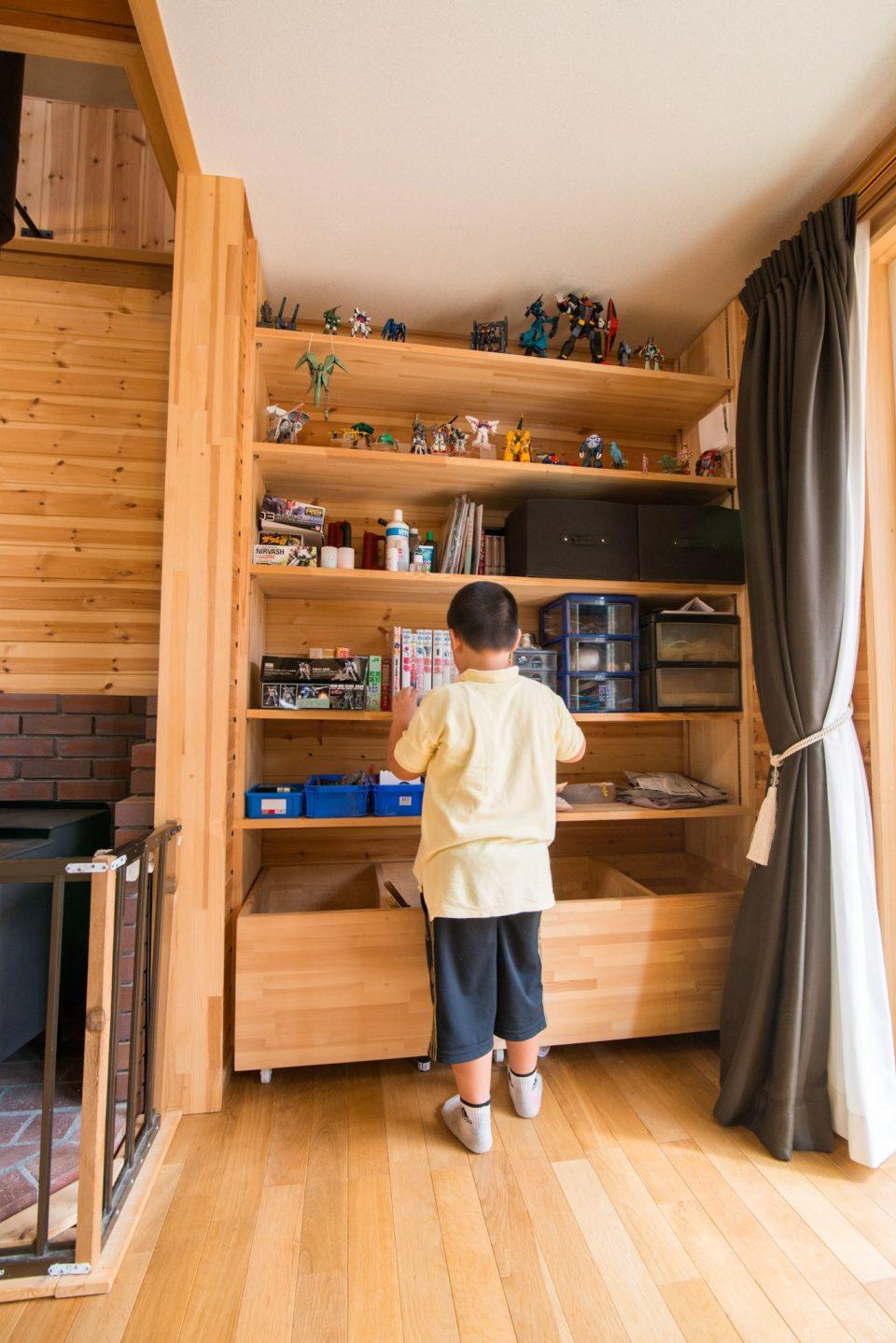 上段にはガンプラ、中段には小物、下段は薪置場になっています