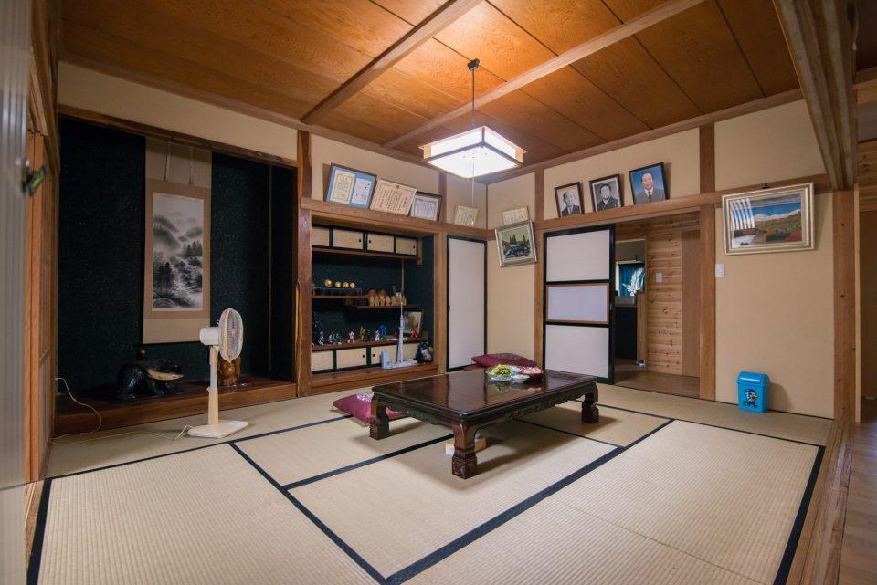 玄関正面には客間も兼ねる10畳の和室