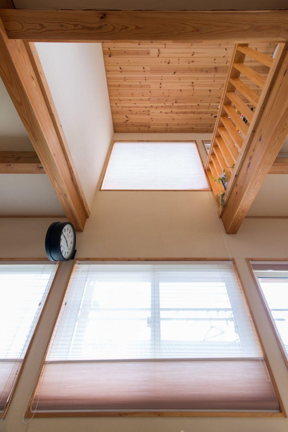 夏・冬ともに快適な暮らしのキモになる吹き抜けの窓