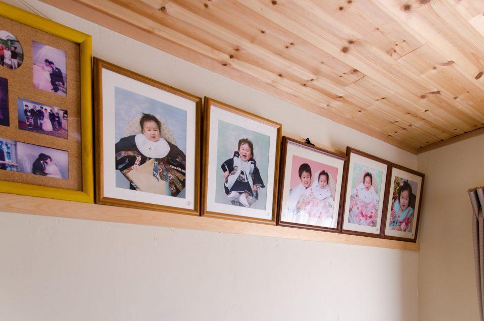 夫婦の寝室には子どもたちの写真が