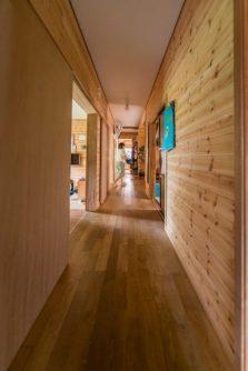 長い廊下の左側はキッチンと居間、右側が和室と大リビング、奥が第二の居間になっています