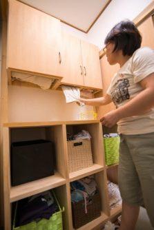 脱衣所の棚はアイディア満載。上から入れたタオルが下から取れるんです