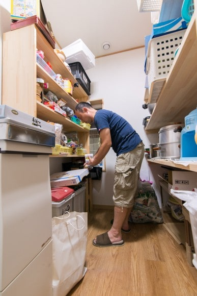 キッチン奥には抜群の収納力を誇るパントリーがあります