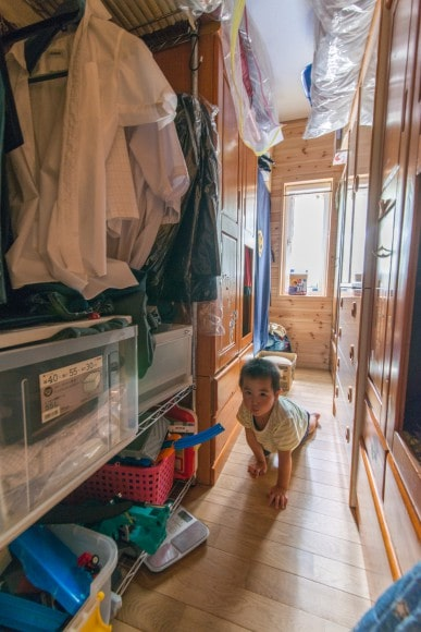 以前玄関があったスペースにはタンス部屋。すべての洋服をここで管理できます