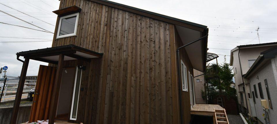 片流れ板張り外壁のコンパクトハウス/F邸