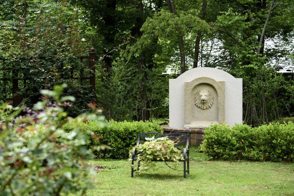 庭の奥に鎮座するライオンの壁泉