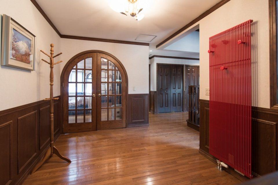 玄関ホール他に合計12台の温水パネルヒーターを設置