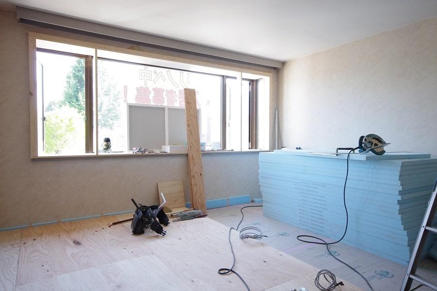 居室:リノベーション中。床は無垢フローリングにします