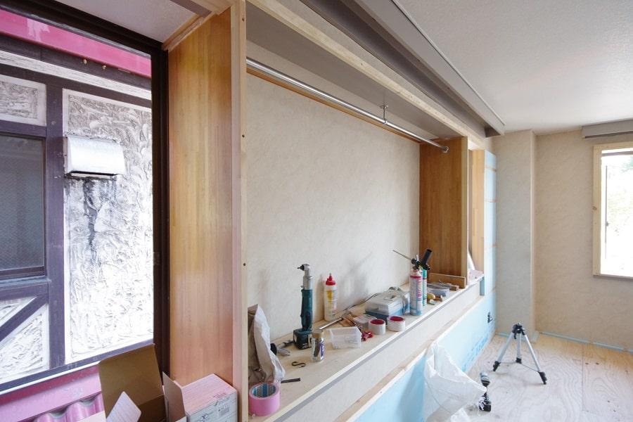 居室:リノベーション中。中央のハンガーパイプを外し、アクセント板張り&飾り棚を造作します