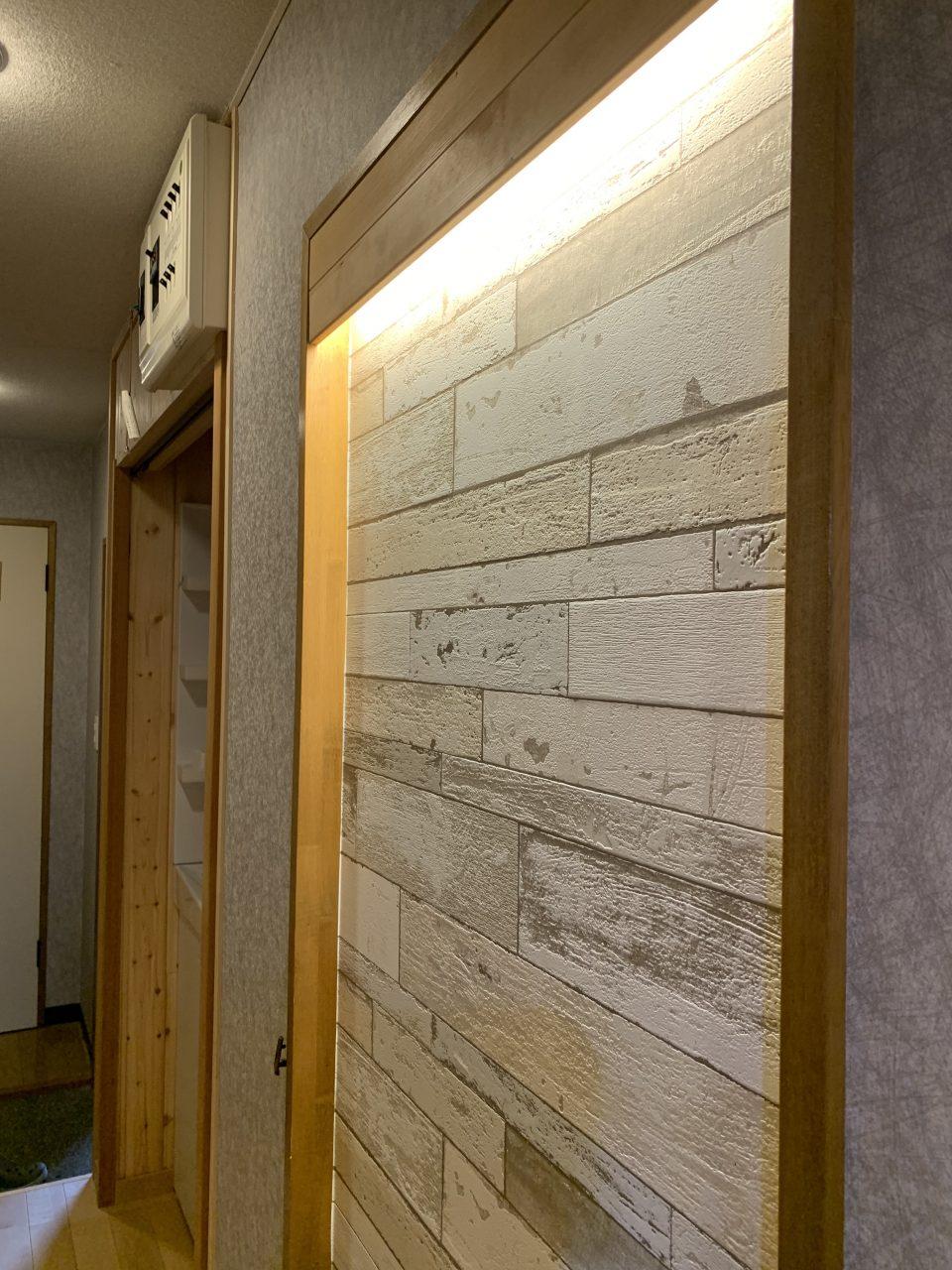 廊下の間接照明つきニッチ飾り棚。入居者に思い出フォトやフックで飾り付けしてほしい
