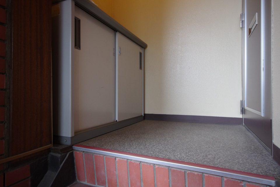設備:玄関前の小型収納庫もお使いください