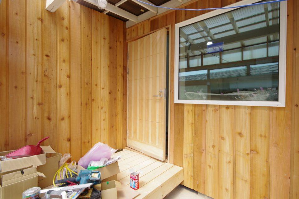 玄関:デッキポーチ。スウェーデンの木製ドア「スニッカルペール」を付けました