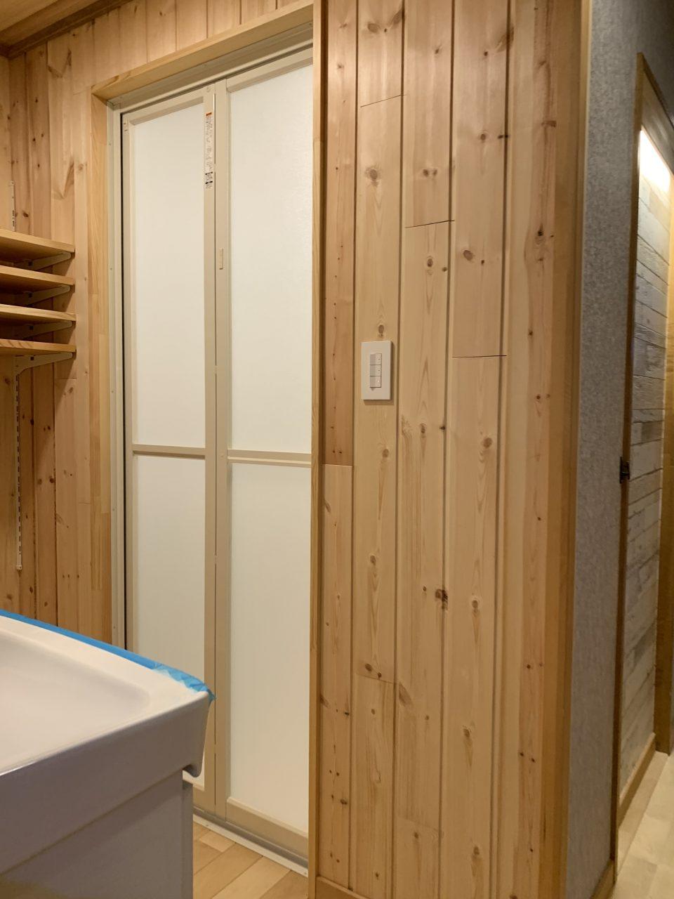 シャワーユニット(廊下より見る)。内装はパイン板