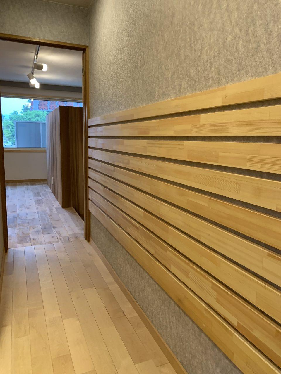 廊下ヨコスリット。壁クロスの傷を防止しつつ、差し込み型の棚板を後で設置でき、靴やキーホルダーなんかをを置いてもらうつもり。