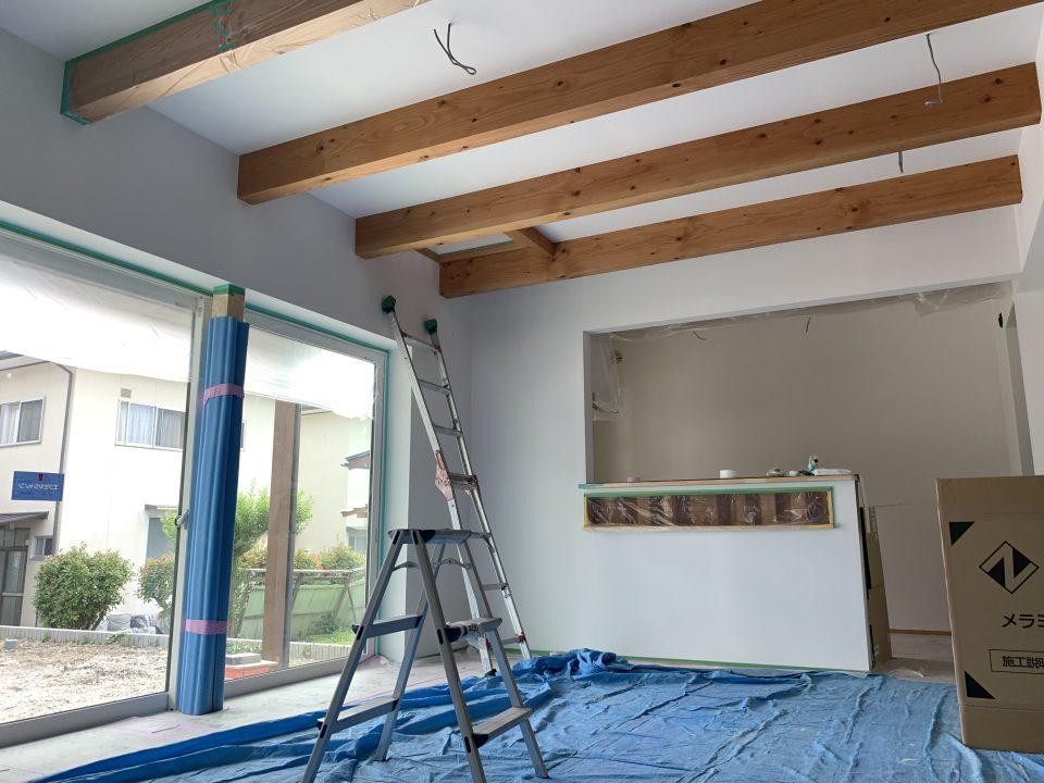 天井は石膏ボード+しっくいローラー塗装