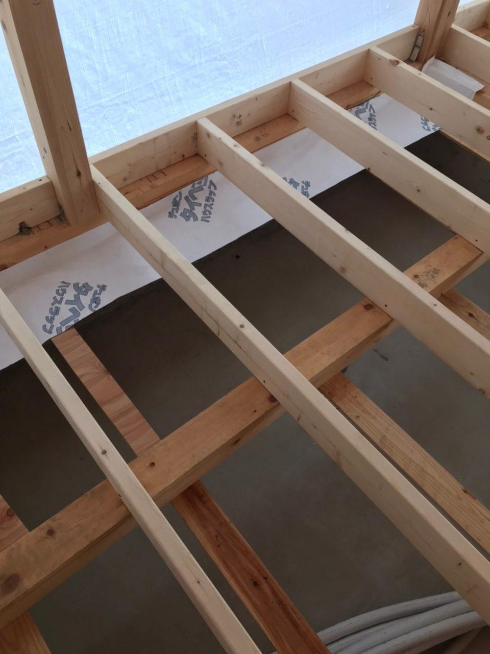 タイベックシート(通常は壁に用いるもの)を端っこ下に取り付けて置く手法をここ最近から採用しています