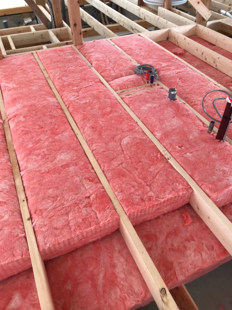 2層構成にすることで、熱橋をできるだけ減らしている。1層目と2層目は敷きならべる方向が直交。