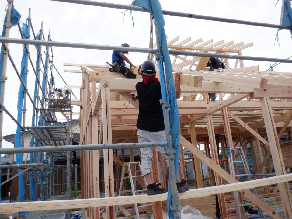 屋根面を非常に強化するため、のぼり梁で屋根を構成しています。屋根の面は単に屋根材の下地としてつくるだけではなく、地震の際、建物の揺れを抑制する働きをもたせることができます。