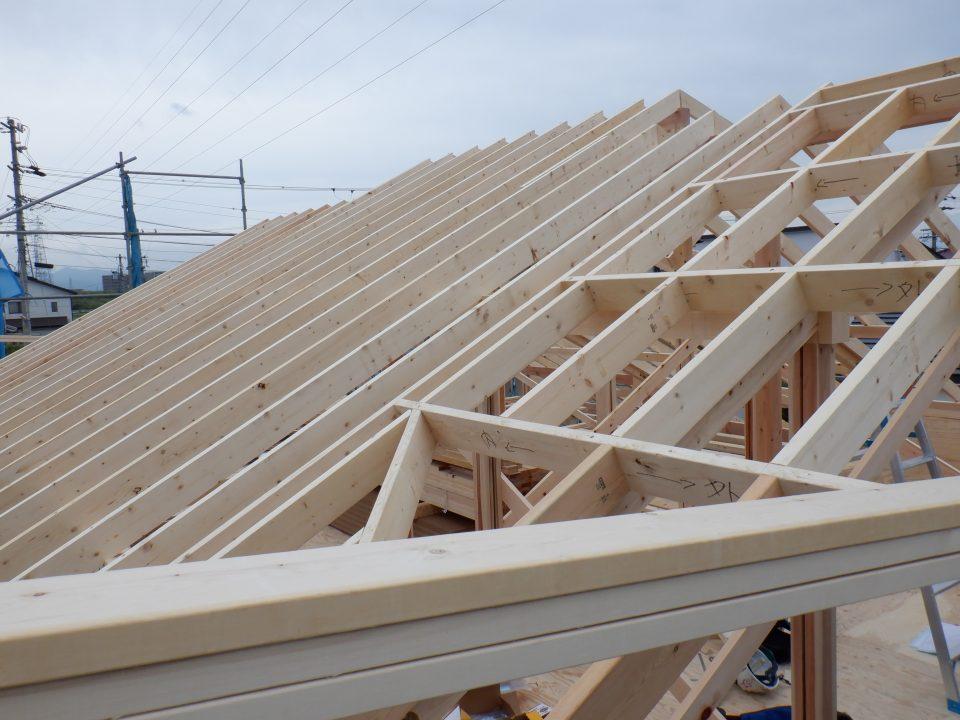 Rebornでは屋根の下地にツーバイシックスを使うことがほとんど。 いろいろ理由はあるのですが、設計上、構造上メリットが多いのです。