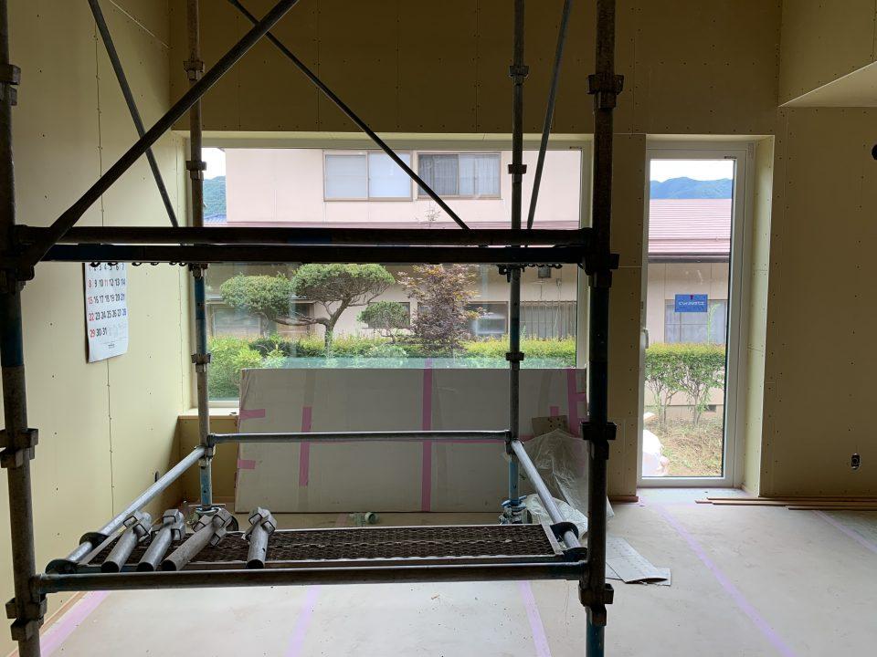 上部は勾配天井で吹抜状に。 大きな窓は特注寸法の樹脂製トリプルガラス