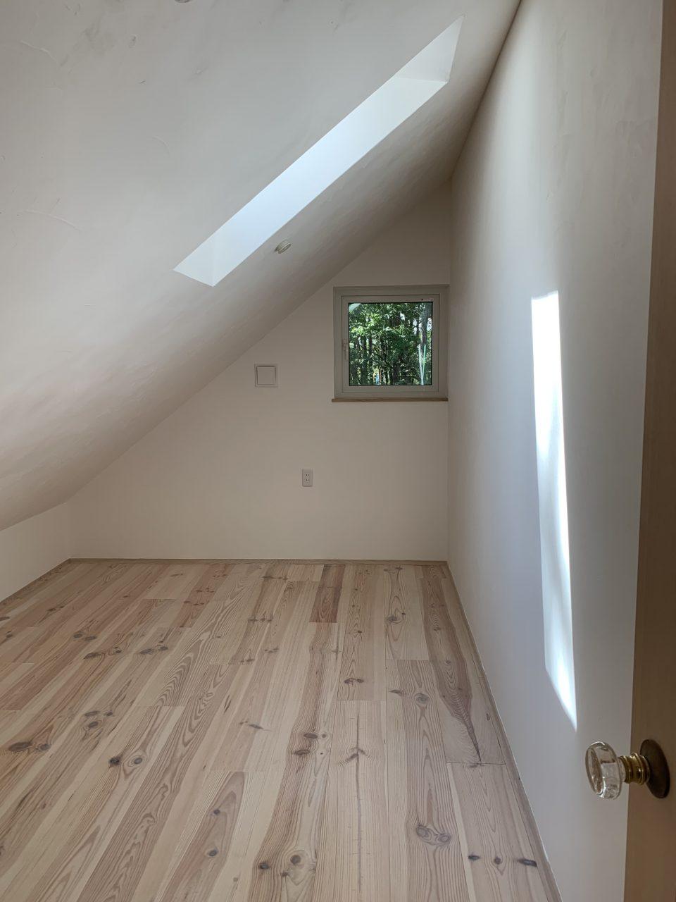 小屋裏スタイルの2階は三角形の空間。