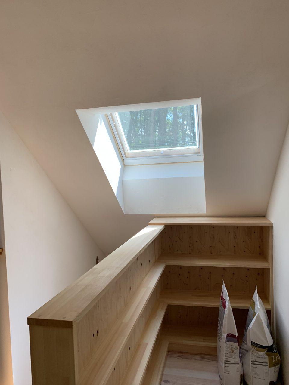 階段上がって2階のホール。 電動開閉の天窓からはやはり森が見える。