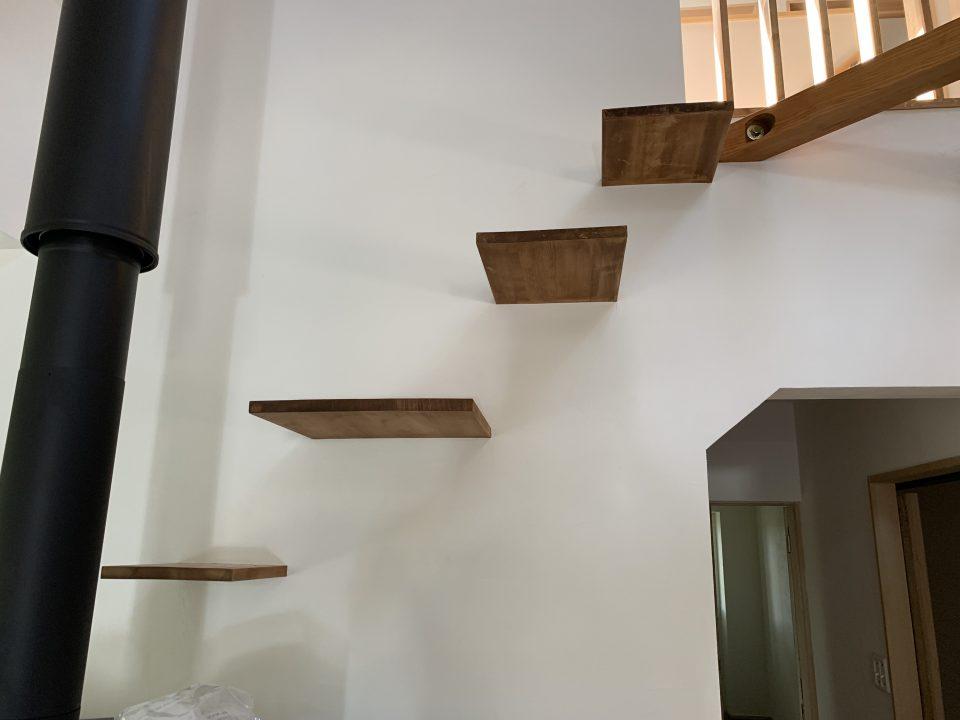 薪ストーブ後ろの壁を利用したネコ用階段。