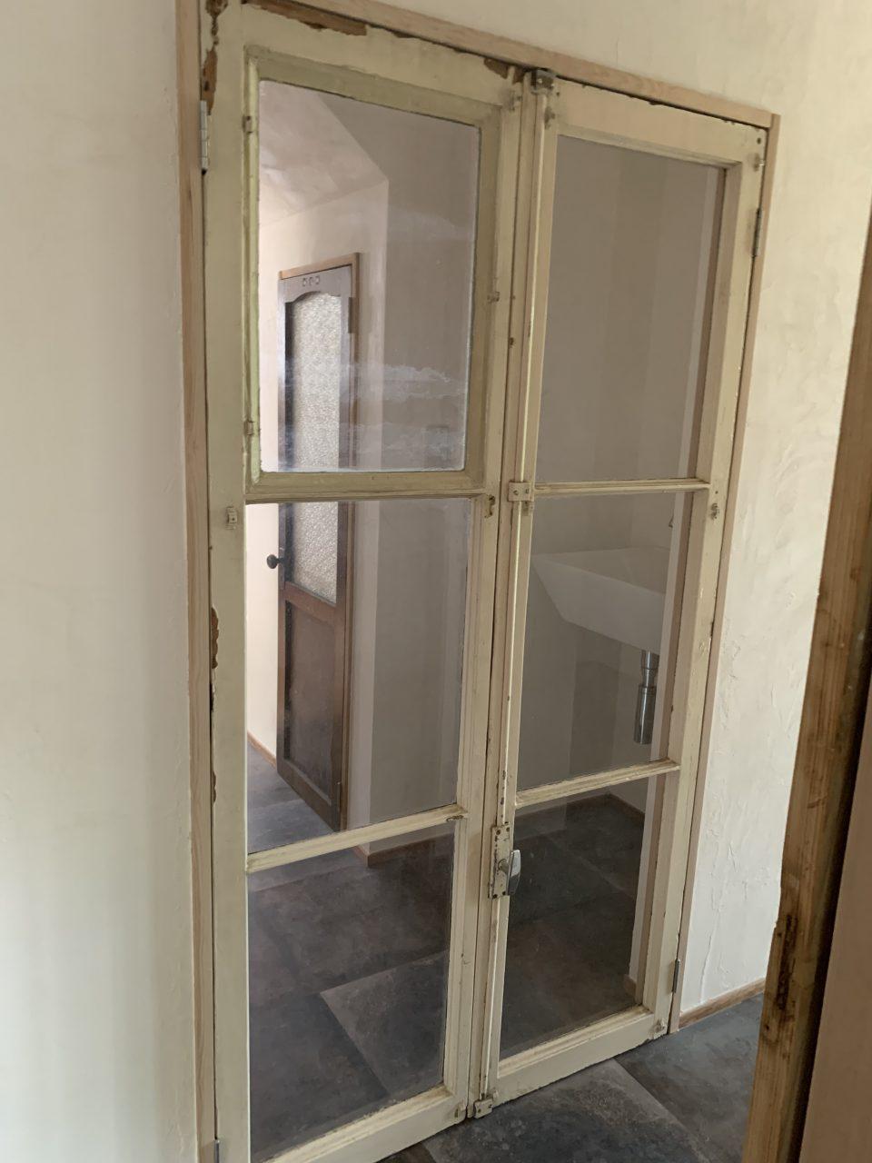 元々は窓だと思われるが、H寸法が大きかったため、通路、犬止めのドアとして利用。