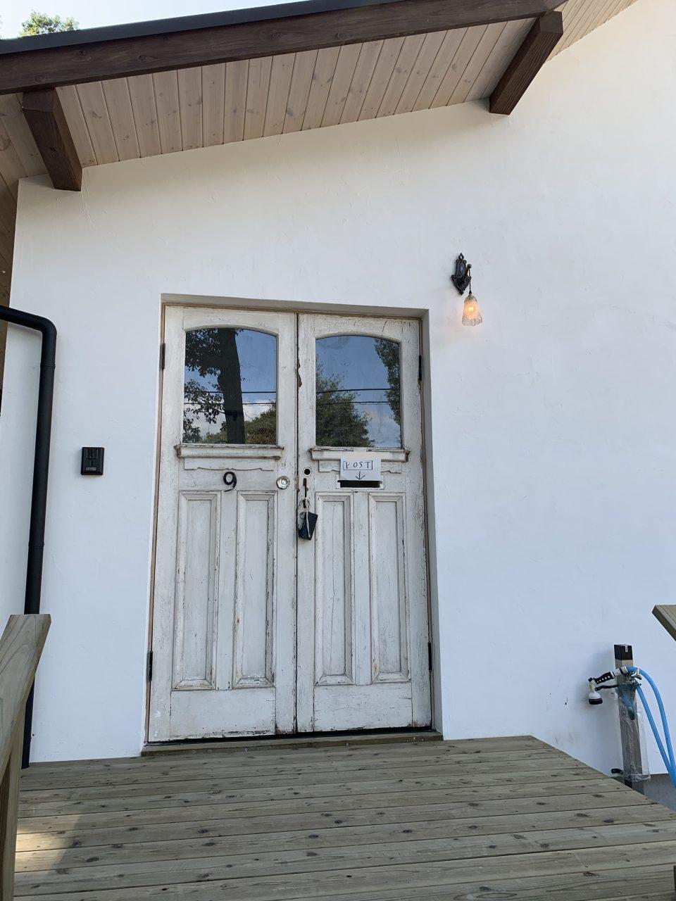 アンティークドアをMさん自身で仕入れ、Rebornが取り付ける、 ということをこの家では数か所行っている。 アンティーク照明もまた同様。