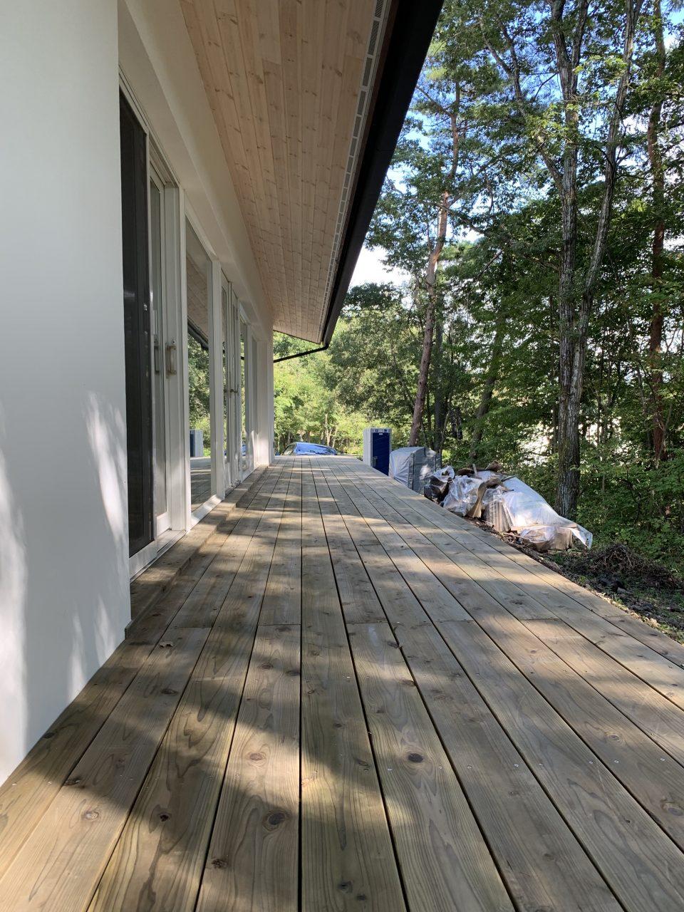 デッキテラスを西側から。 ACQ加圧注入された長野県のすぎ材。 深い軒で窓際は濡れず、夏の日差しもカット。