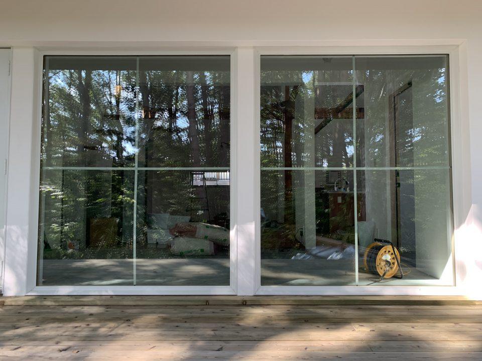 特注のクロス型木製格子で印象的な窓に。