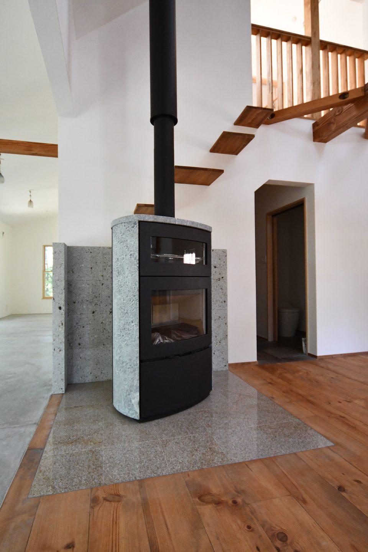 オーブン付きの薪ストーブ。HETAロギオーブン♪ 背面の炉台は大谷石を積んでいます。 さあ、薪ストーブライフが始まりますよ~('ω')ノ