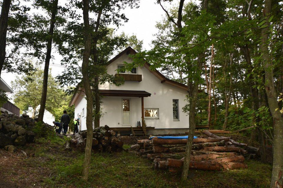 西側にゆとりがあり、屋根付きのデッキテラスは洗濯物干し場や犬の体を洗ったりする用途がある。