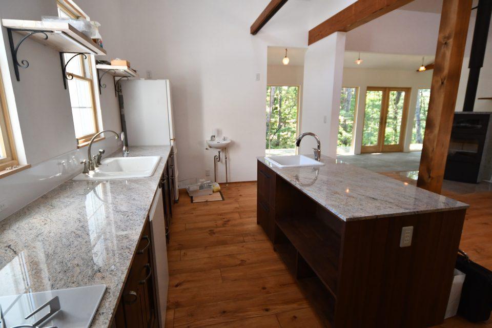 大理石天板の造作キッチン。 I型壁付け+アイランド型。 東京の今の住まいからシンクや水栓金具が移設された。