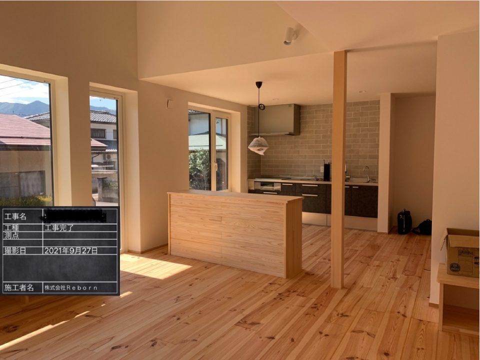 リビングよりキッチン方向を見る。