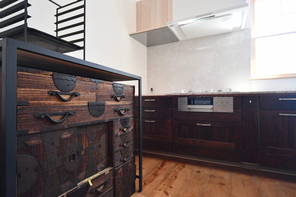 オーブン用のアイアンラックもTOKIワークスでオーダー。 アンティーク和家具はMさんの所有物。