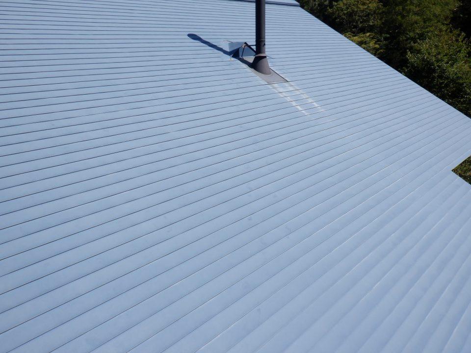 ガルバリウム鋼板屋根。15年ノーメンテナンス。 5年後、つまり築後20年目で足場をかけて屋根も塗装しましょう、とアドバイス。