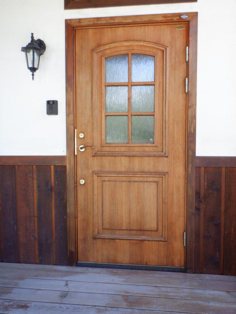 今なお木製断熱ドアのトップメーカーであり続けるガデリウス社のスウェドア。 北側で直射日光もあまりあたらない好条件のため&よくメンテナンスされており、新品同等に見える。