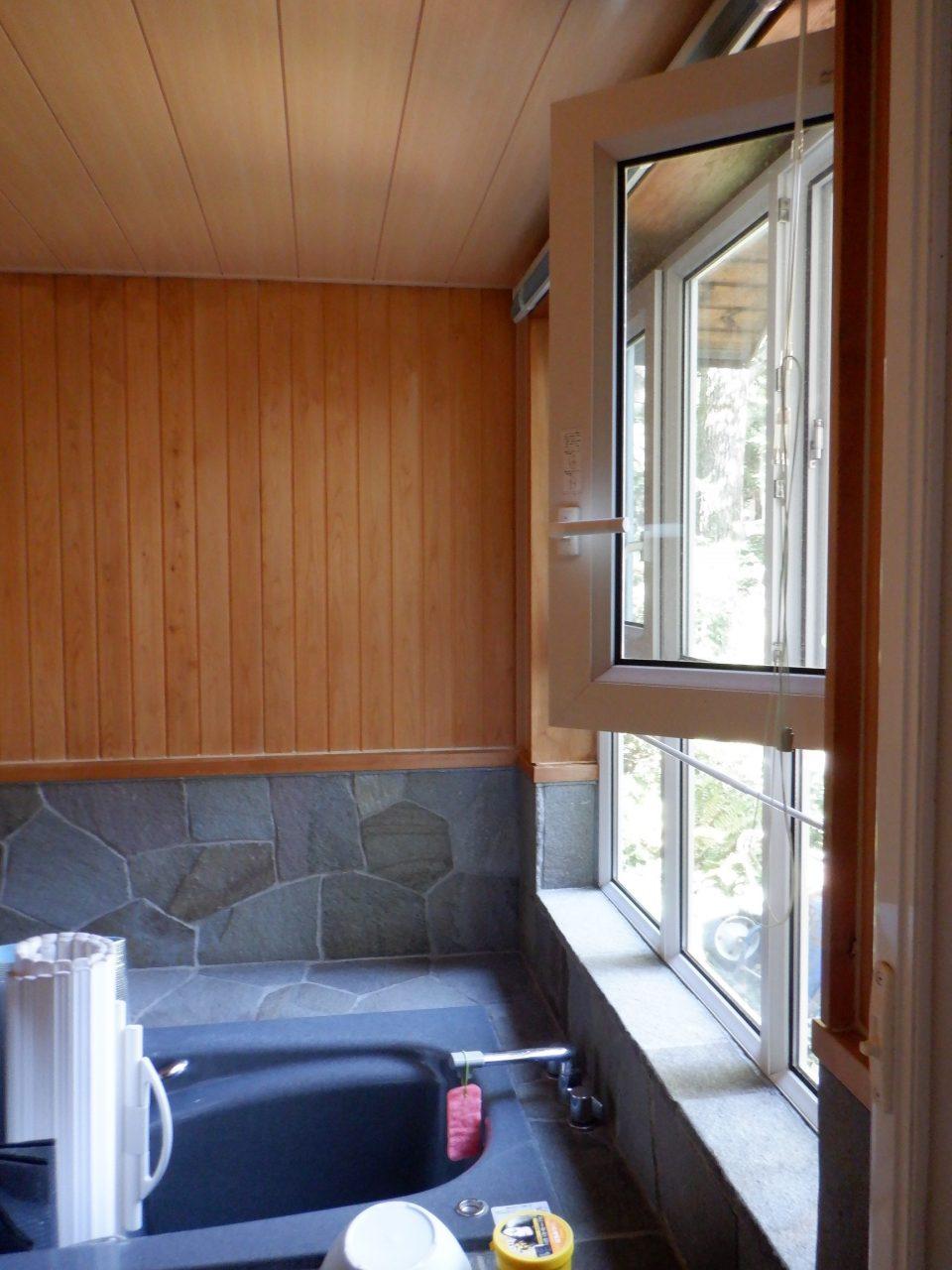 地元産の鉄平石とひのきのお風呂。 15年前、シャノンという樹脂サッシメーカーのドレーキップ窓をすでに採用している・・・汗 なんと先進的な建築業者ではないか!(笑)